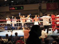 リング上で勝者を告げられ両手を上げている芹江選手(左)と、立ち尽くしている木村選手(右)