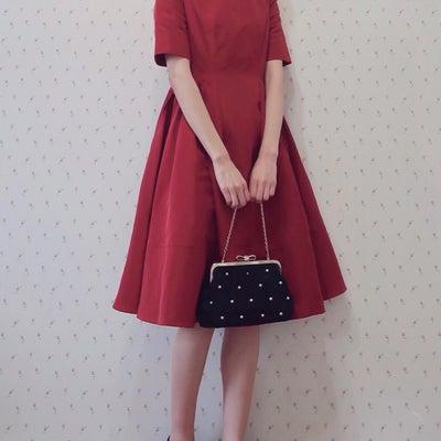 赤で華やかに♡結婚式お呼ばれコーデの記事に添付されている画像