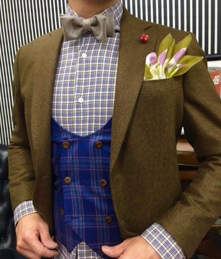 5bdfb691865e5 ジャケットの釦とベストの釦を変えて単品でも着れるようにアレンジしました。 茶系は何色でも合わせられるので今回はネイビーの ベストでインパクトを出してみました。