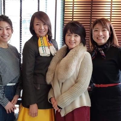 福岡・顔コリ修了生の皆さんと。福岡は美人の宝庫。の記事に添付されている画像