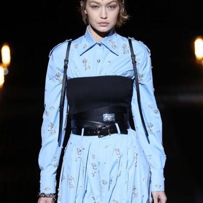1/13 ジジ・ハディッド@Prada Fashion Show 2019の記事に添付されている画像