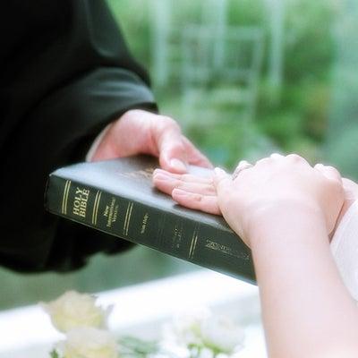 美しいウェディングドレス姿をめざす理想の結婚式の基本動作の記事に添付されている画像