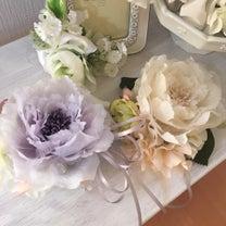 春のコサージュは優しいカラーをチョイスの記事に添付されている画像