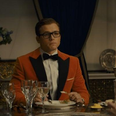 キングスマン: ゴールデン・サークルで着ているオレンジタキシードジャケットのサイの記事に添付されている画像