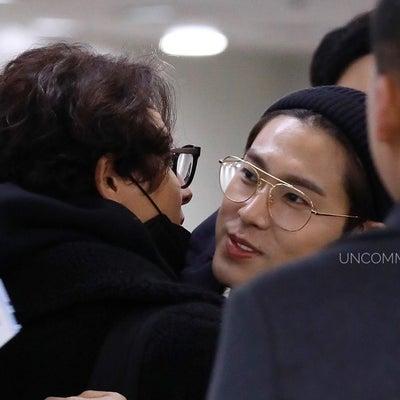【画像】1/16 ③ 金浦空港でイ・ジフンさんとユノがハグ 日本への記事に添付されている画像