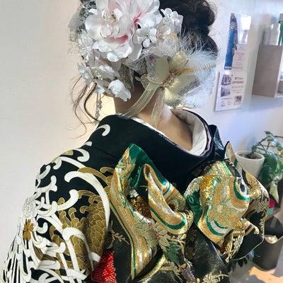 2019年成人式振袖着付け「お着物は大人な黒地に乱菊 ・ヘアアクセもボリューミーの記事に添付されている画像