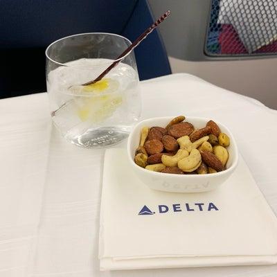 デルタ航空ビジネスクラス「低カロリー機内食」の記事に添付されている画像