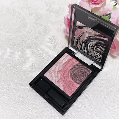 シリーズの中で春の新色が1番好きになった、KATEの「バラの花びらアイシャドウ」の記事に添付されている画像