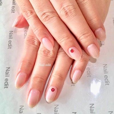 ハンド♡ ホワイトパールのワンカラーに赤のアンティークパーツネイルの記事に添付されている画像
