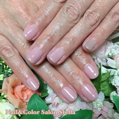 人気のうる艶カラーシリーズで、潤いのある指先に♡ピンクベージュのワンカラーネイルの記事に添付されている画像