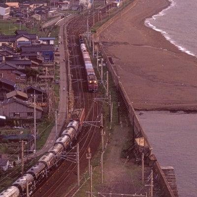 日本海を望む海辺で貨物列車の出会いの記事に添付されている画像