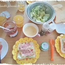 焼きたてのパンの香りで朝食の週末の記事に添付されている画像