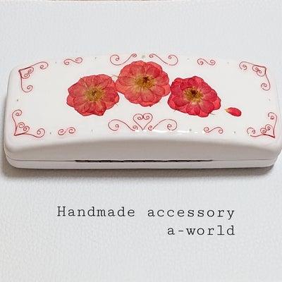 《レジュフラワー小物》メガネケースに本物のバラの押し花と赤いワイヤーで平面加工の記事に添付されている画像