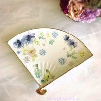水彩画の様なタッチが素敵な花柄扇プレートの記事に添付されている画像