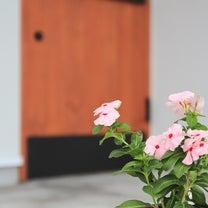 アイアンの横バーハンドルを使った玄関扉の記事に添付されている画像