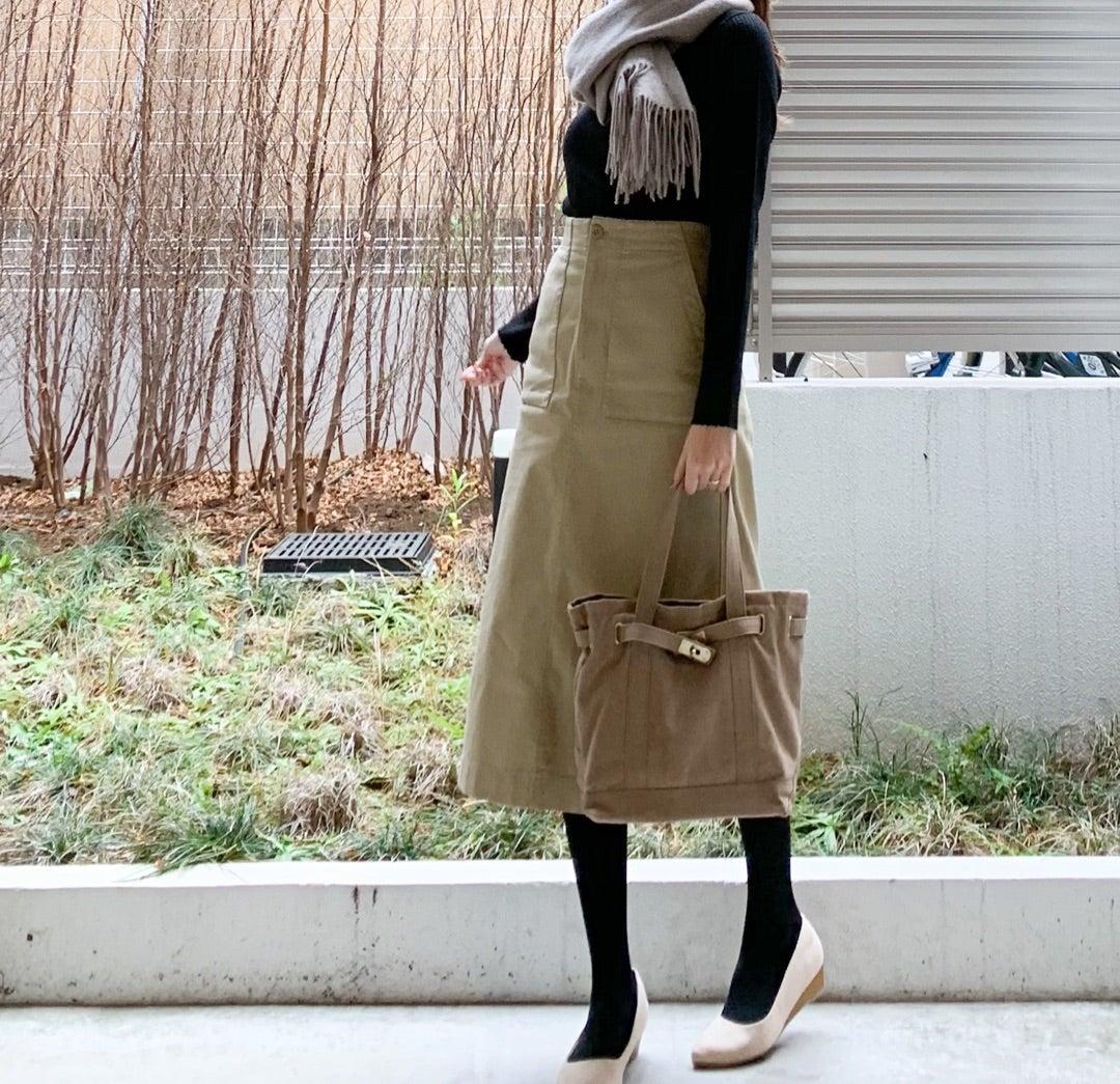 【UNIQLO  全色買いしたトップスと人気のベイカースカートで学校コーデ ♪】のご紹介です。