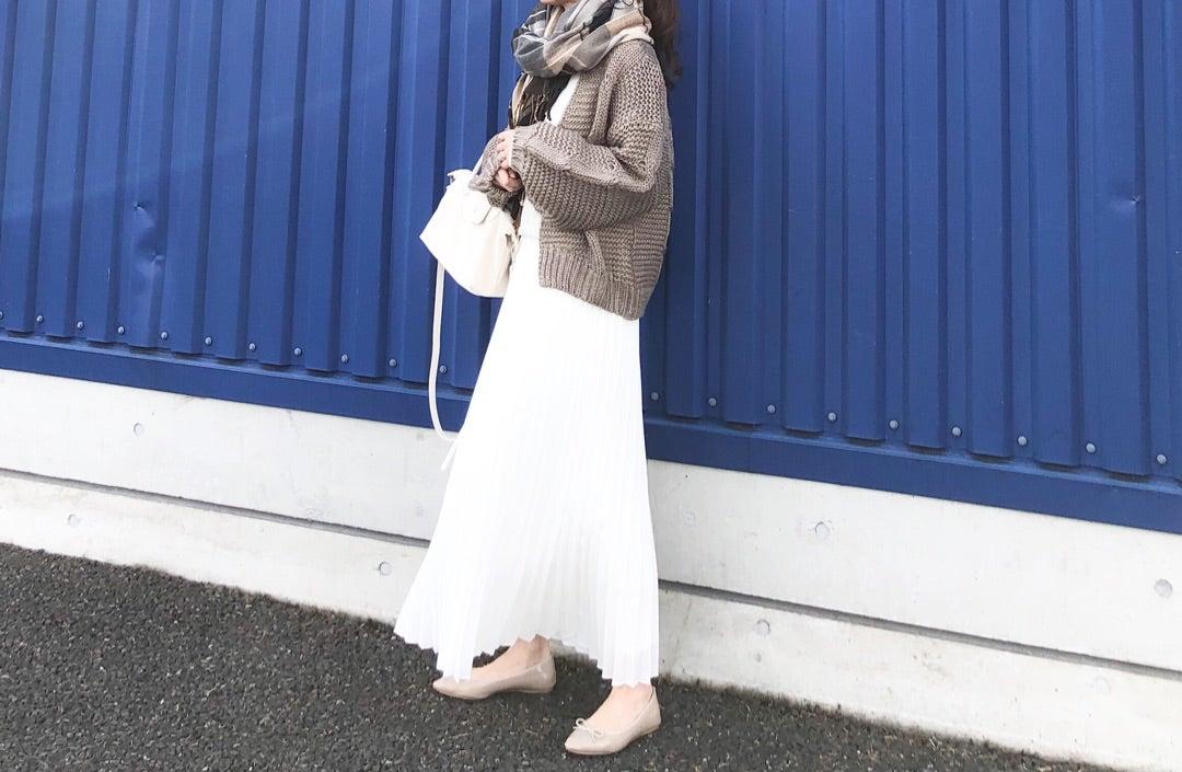 【トレンドのロングプリーツスカートにも合うショート丈カーデ】のご紹介です。