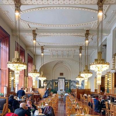 プラハの華麗なアール・ヌーヴォーのカフェ「カヴァルナ・オベツニー・ドゥーム」の記事に添付されている画像