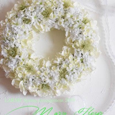 グリーンホワイトの小さいお花がたくさん入った春のリースの記事に添付されている画像