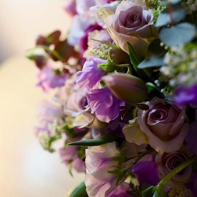 お祝いのアレンジメント、春の紫色のお花を使って。の記事に添付されている画像