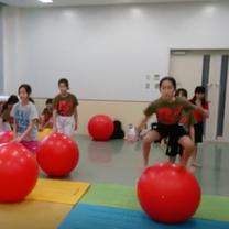 手を使わずバランスボールに立つ バランスボール教室 NECグリーンスイミング玉川の記事に添付されている画像
