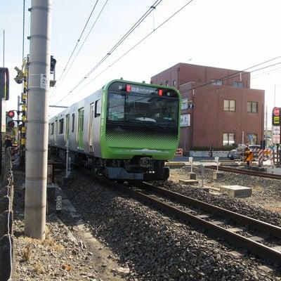 E235系配給輸送。の記事に添付されている画像