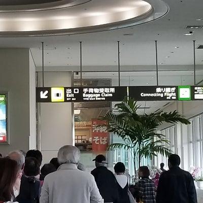 那覇空港では弟待ち…無事にレンタカーを借りて出発‼の記事に添付されている画像