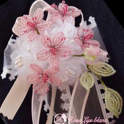 卒入学のセレモニーに。桜のコサージュで素敵な装いを更に彩って頂きたい。最終のご案の記事に添付されている画像