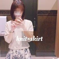 シンプルニット×華やかスカートでつくる定番OLコーデの記事に添付されている画像