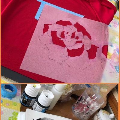 赤いニットに黒い薔薇の記事に添付されている画像