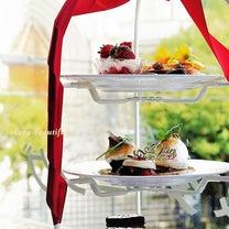 チャペルの前で苺とバラの共演「ストロベリー・アフタヌーンティー~美女と野獣~」の記事に添付されている画像