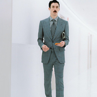 TOM FORD(トム・フォード)の斬新なコーデ/スーツ・シャツ・ネクタイ柄は違の記事に添付されている画像
