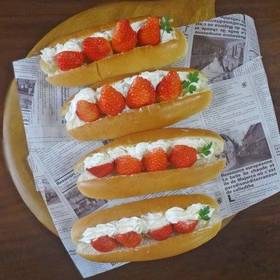 ショートケーキ気分になる イチゴのふわふわホイップサンドロールパンの記事に添付されている画像