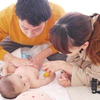 【パパのベビーマッサージ】土日もリクエスト喜んで♡ママも嬉しいパパのベビマ姿。の記事に添付されている画像