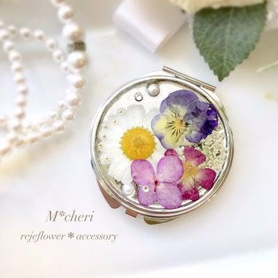 大人可愛い!レジン初心者さんでもキレイにできる押し花で作る両面ミラー体験レッスンの記事に添付されている画像