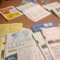 リビング学習族の子どもが散らかしたテーブルの有様の記事に添付されている画像