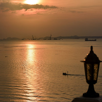 「シラチャ」の海沿いを歩きながら「コー ロイ パーク」Wat Koh Royからの記事に添付されている画像