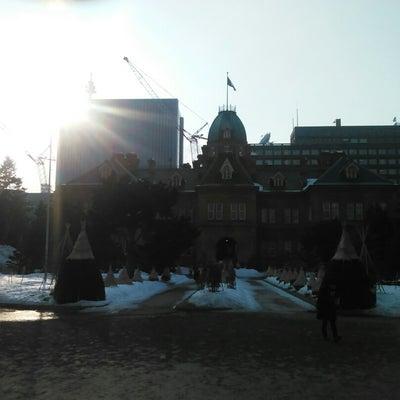 雪の残る赤レンガ庁舎の記事に添付されている画像