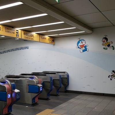 駅がドラえもんになってました。の記事に添付されている画像