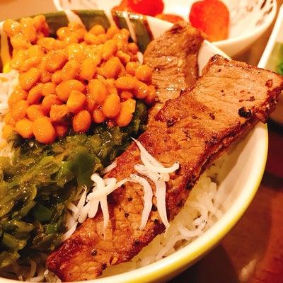 ステーキとネバネバ、なんでものっけ丼の記事に添付されている画像