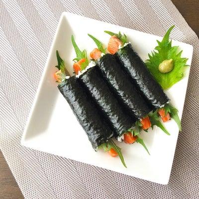 #コマキンパ 風な「細巻き寿司」具はサーモン刺身。巻きすを使わなくてもコマキンパの記事に添付されている画像