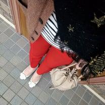 ボーダー×赤パンツコーデの記事に添付されている画像