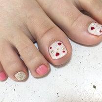 赤のハート型ホロが可愛い♡春カラーFOOTネイルの記事に添付されている画像