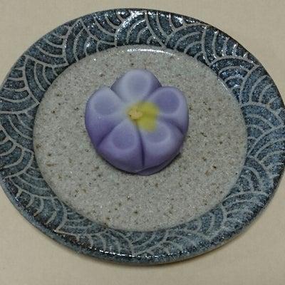 季節の和菓子「スミレ」です。の記事に添付されている画像