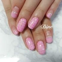 春を楽しめるピンクのツイードネイル 白金高輪『ネイルサロン ディーネ』の記事に添付されている画像