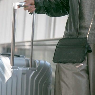 留学生活のお守りにお財布ショルダー「支払いの時にもたもたしなくて済んで快適です」の記事に添付されている画像