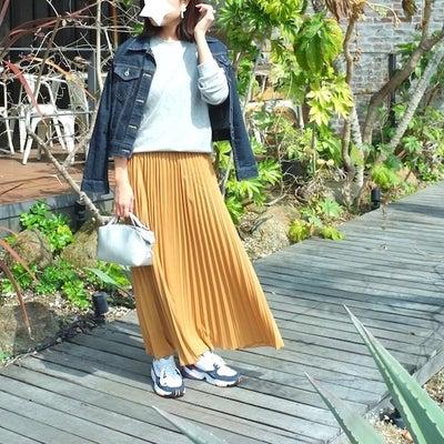 『ダッドスニーカー』×プリーツスカートでカジュアルめな週末お出かけコーデの記事に添付されている画像