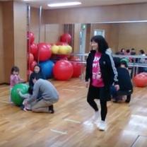 ♪大きな太鼓 小さな太鼓 バランスボールを使って 親子リトミック体操 キッズガーの記事に添付されている画像