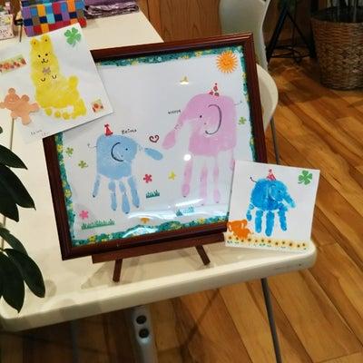 カフェで開催*手形アートの記事に添付されている画像