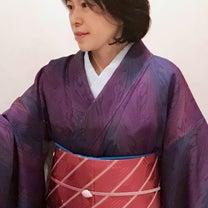 紫色の墨流し小紋で「色を解く 江戸の紫 京の紫 きものと帯展」のトークショーへの記事に添付されている画像